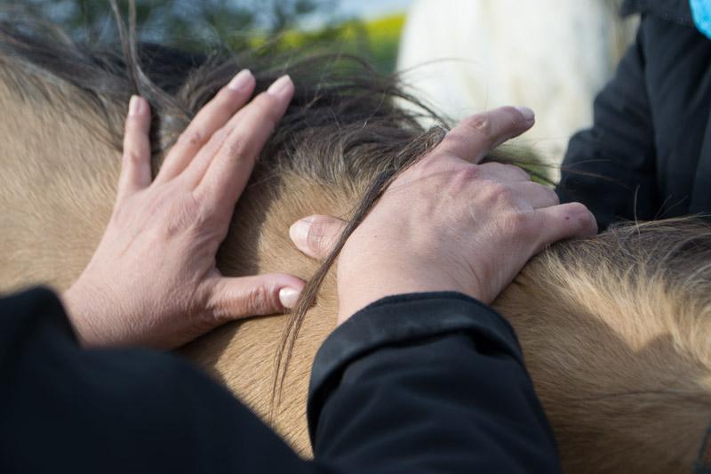 Využitie techniky palcov na podrobnejšiu masáž krku.
